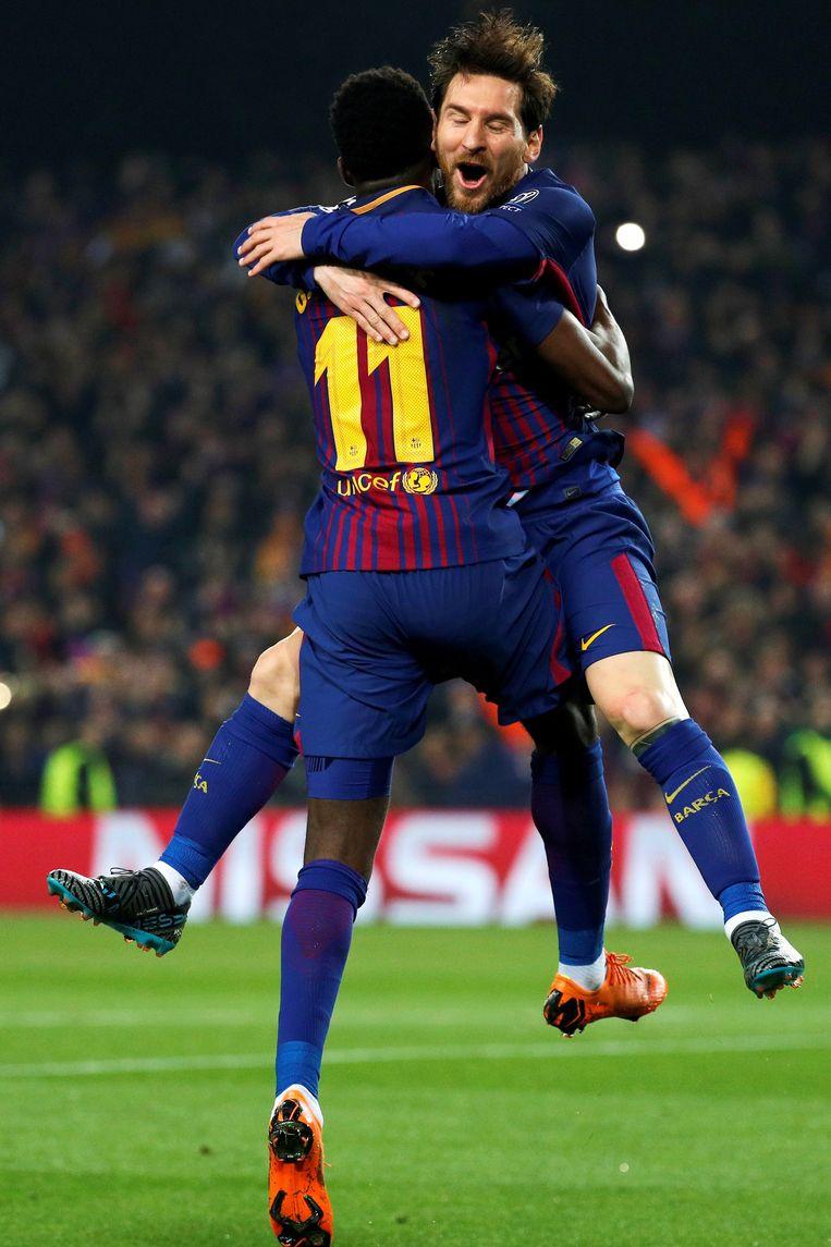 Lionel Messi valt in de armen van Ousmane Dembélé na zijn doelpunt in Camp Nou. Beeld EPA