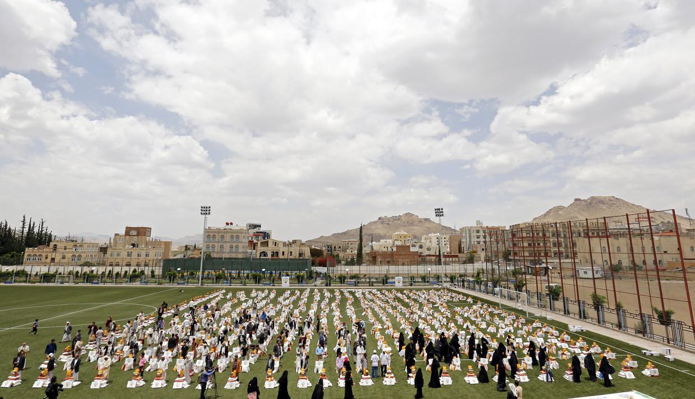 Voedselpaketten worden uitgedeeld in de hoofdstad van Jemen, Sana'a.