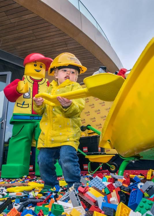 Als iedereen naar binnen is vanwege de regen staat de bijna 3-jarige Elvis nog met zijn voeten tussen de LEGO-steentjes. Hij blijft kruiwagens vullen.