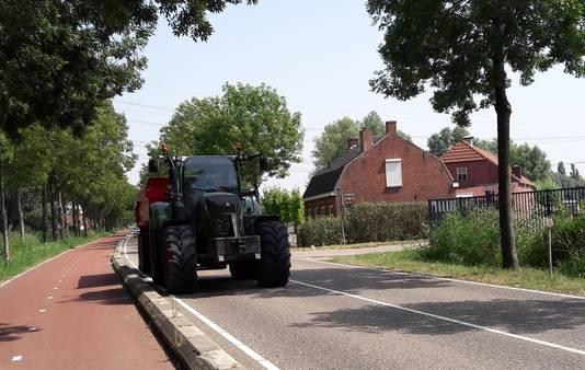 Landbouwverkeer dat wordt ingehaald, plus de vele in- en uitritten en zijwegen maken de Tholenseweg bij Halsteren gevaarlijk, stellen buurtbewoners. Extra borden moeten dat verhelpen.