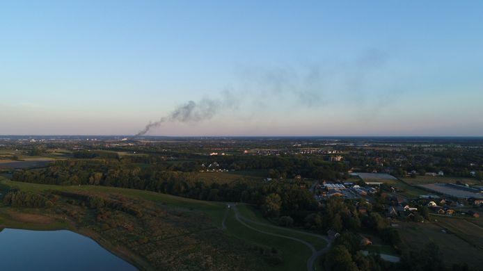 De rook van de grote brand in Weurt is tot in de verre omgeving te zien.