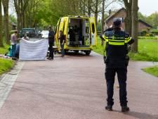 Auto schept fietser in Haaren, fietser met spoed naar het ziekenhuis