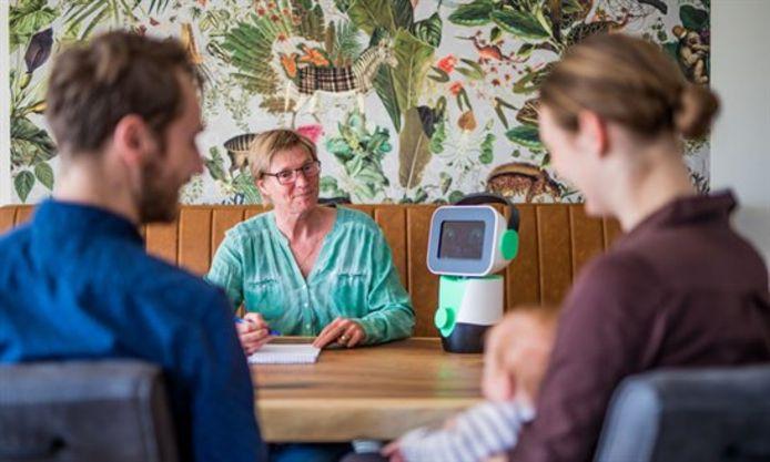 Opvoedrobot Luna is een van de innovaties die in de zorg zijn doorgevoerd.