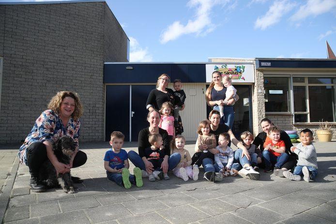 Jenny Groenendijk (links) met teamleden en kinderen van De Sleutel