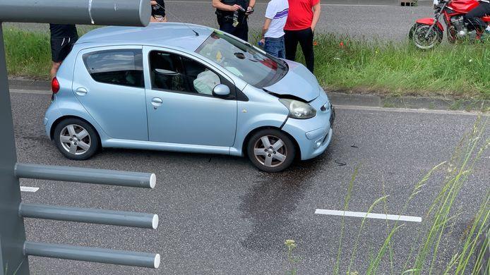 Een van de beschadigde auto's op de W.Dreeslaan in Ede
