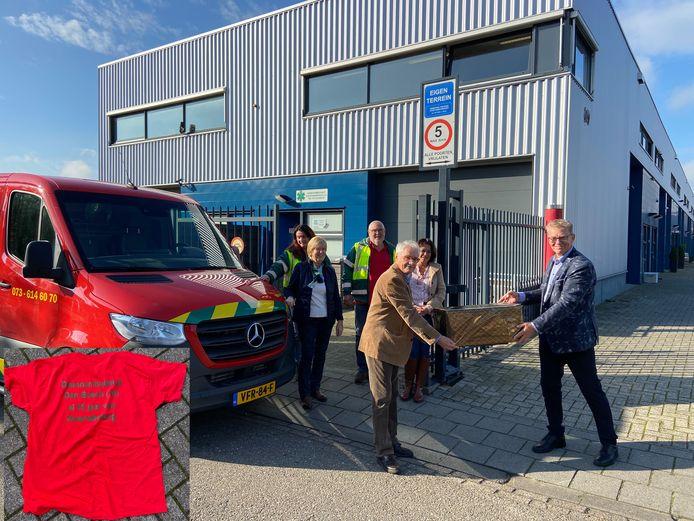 Overhandiging van de cadeaus voor vrijwilligers van de Dierenambulance regio 's-Hertogenbosch.