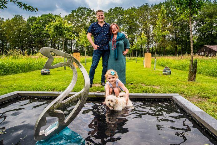 Carina Claasens in haar beeldentuin met echtgenoot Fulco, dochter Alexandria  en hond Minja. Komend weekend mag het publiek een kijkje komen nemen in de tuin.