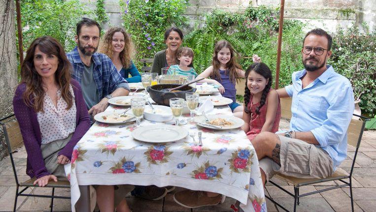 Rosa (Maria Ribeiro, geheel links) staat altijd klaar voor anderen, maar hoe serieus nemen die haar eigenlijk? Beeld