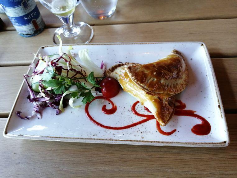Voorgerecht: empanadas met kalfsvlees en een sausje van jalapeños