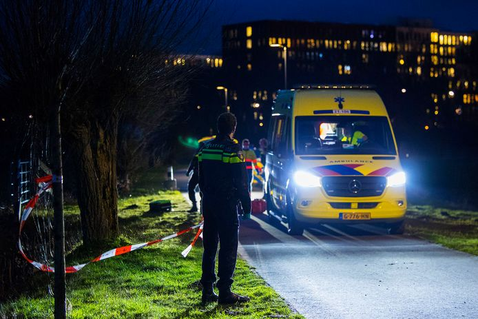 Ernstig ongeluk in Den Bosch, ambulance komt vast te zitten in de modder.