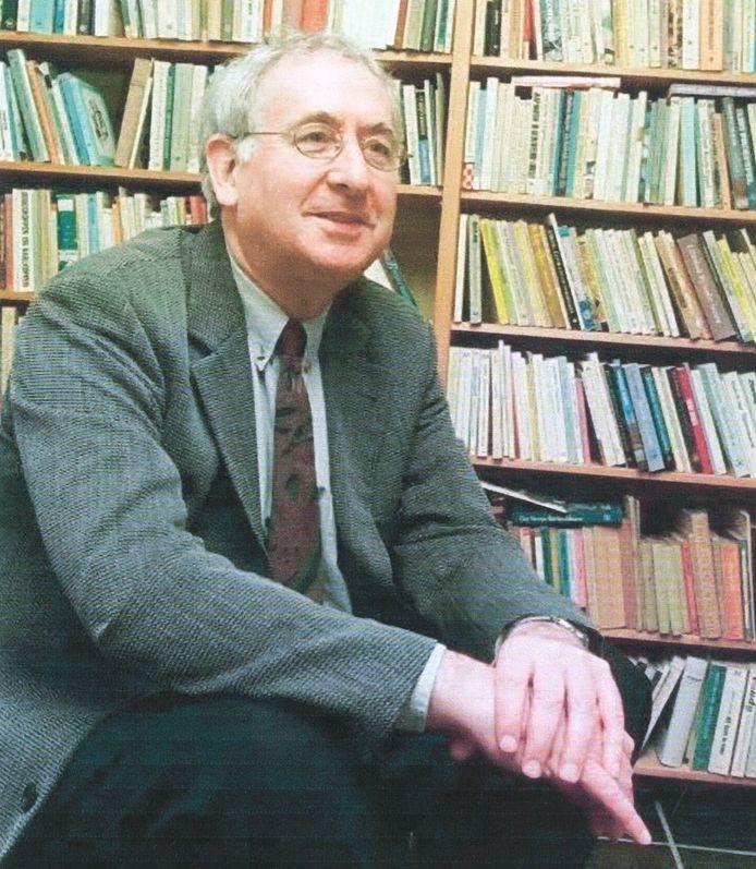 Frits Niessen bij zijn geliefde boekenkast