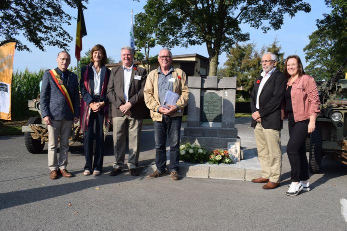 De leden van 'Assenede Vertelt' nemen voortaan ook het peterschap voor het monumentje ter ere van Christian Verougstraete in de Weverstraat op zich.