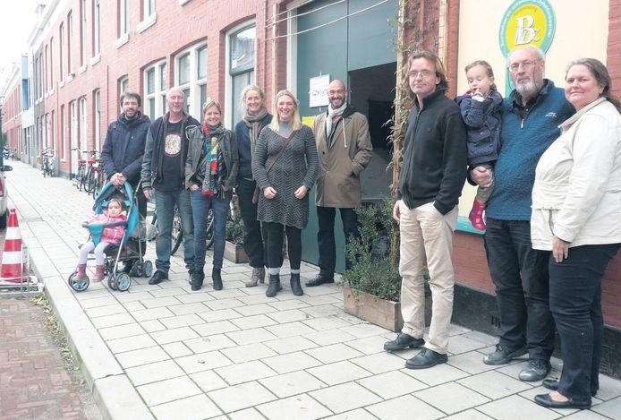 Bewoners van de Roggeveenstraat in het Zeeheledenkwartier.