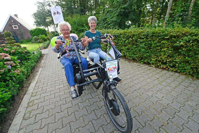 St. Isidorushoeve heeft haar eigen duofiets. Truus Brouwer, de oudste inwoner van het kerkdorp, wijdt de duofiets in.