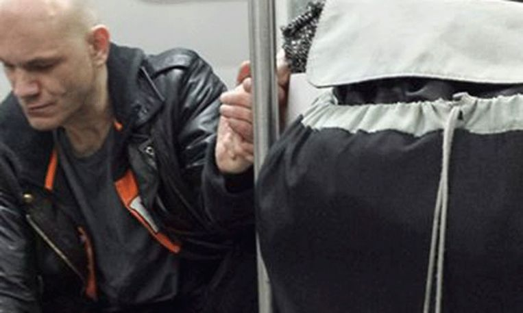 Ontroerend: vrouw kalmeert man in trein