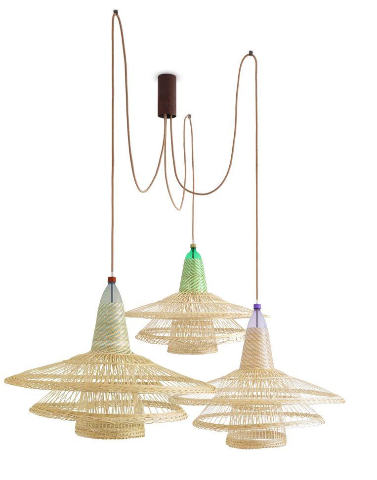 lamp Deze PET-lampen zijn gemaakt van oude flessen. Vanaf € 150petlamp.org Beeld Anne Dokter