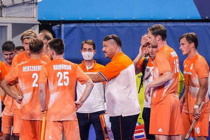 Coach Max Caldas met zijn spelers.