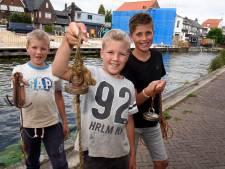Magneetvissertjes Marvin (9), Melvin (9) en Joey (10) hengelen handgranaat uit het water: 'Ik was wel bang'