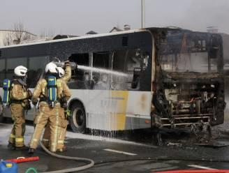 Lijnbus gaat in vlammen op, gelukkig zonder passagiers aan boord