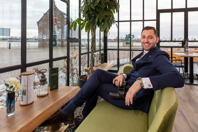 Floris van Vliet in de serre van het restaurant van Hotel Maassluis. Een plek waar mensen vaak met de verrekijken turen over het water.