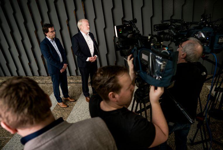 18 maart: Van Dissel en Diederik Gommers staan de pers te woord na een hoorzitting in de Kamer over het nieuwe virus. Beeld Freek van den Bergh / de Volkskrant