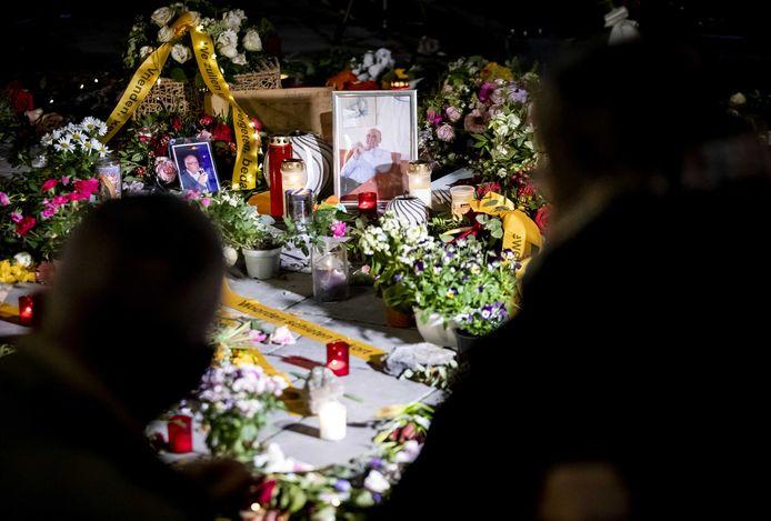 Belangstellenden tijdens de herdenking van Jan Kruitwagen, die door zinloos geweld om het leven kwam. De 73-jarige man werd ernstig mishandeld door vijf jongeren in de Spijkerstraat in Arnhem.