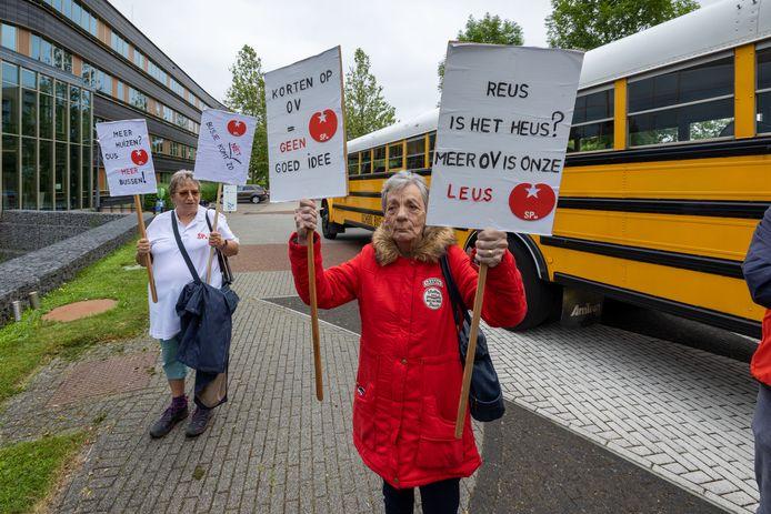 Femmy Parijs en Joske Bervoets uit Swifterbant (links) zijn met protestborden woensdagmiddag aanwezig bij de actie.