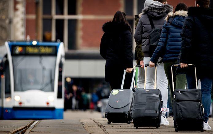 Een van de ergernissen van Amsterdammers zijn de vele rolkoffertjes in de wijken waar veel via Airbnb wordt verhuurd.