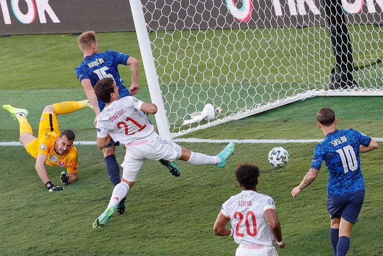 Martin Dubravka zit er weer naast. De keeper van Slowakije hielp Spanje goed op weg.  Beeld AFP