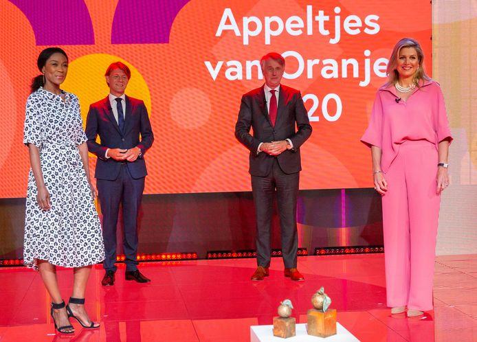 Koningin Máxima, vicevoorzitter en jurylid Kim Putters, voorzitter van het bestuur van het Oranje Fonds Dick Benschop en presentatrice Giovanca Ostiana.