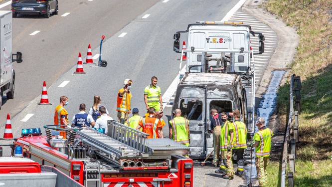 Bestelwagen brandt volledig uit op Brusselse ring