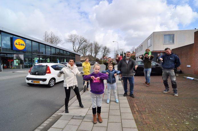 Bewoonster en raadslid Nita Graafland (Eerlijk Alternatief, witte jas) met mede-bewoners in het centrum van Pijnacker, op de Korteweg, waar ze geen 'betonnen doos' willen.
