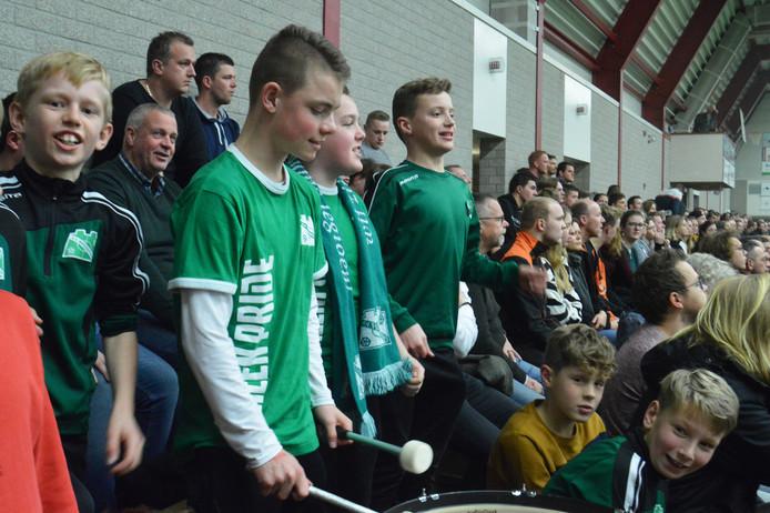De jeugd van VV Bergentheim zorgt voor trommels en gezang op de tribune.