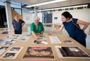V.l.n.r. Carmen Herrera, Conchita Perez Labarta en onderzoekster Elena Prado halen in Stedelijk Museum Breda herinneringen op aan de eerste Bredase jaren van de Spaanse gemeenschap.