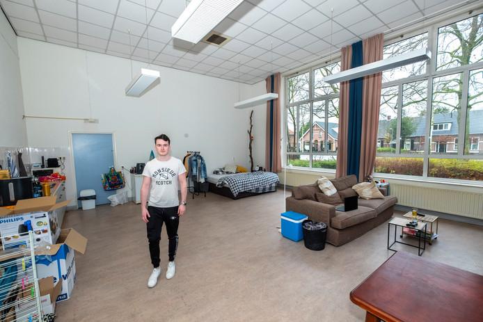 Jim Michiels in zij n royale kamer, een klaslokaal in de voormalige school Het Steenhuys in Malden.