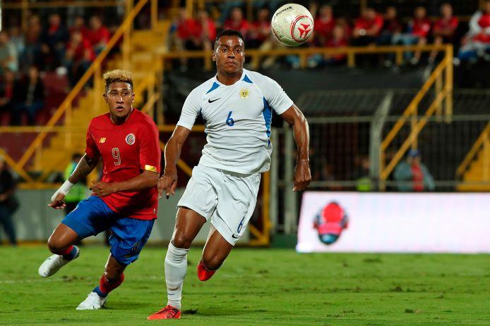 Jeremy de Nooijer (rechts) namens Curaçao in actie tegen Costa Rica.