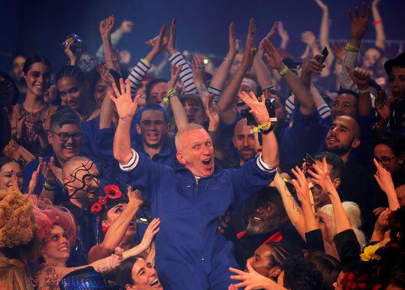 Op het einde van de avond werd Jean Paul Gaultier - letterlijk en figuurlijk - op handen gedragen.