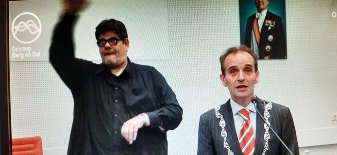 Tonpraoter Rob van Elst persifleerde een doventolk tijdens de persconferentie in september vorig jaar waarin burgemeester Slinkman bekend maakte dat het carnaval verplaatst zou worden.