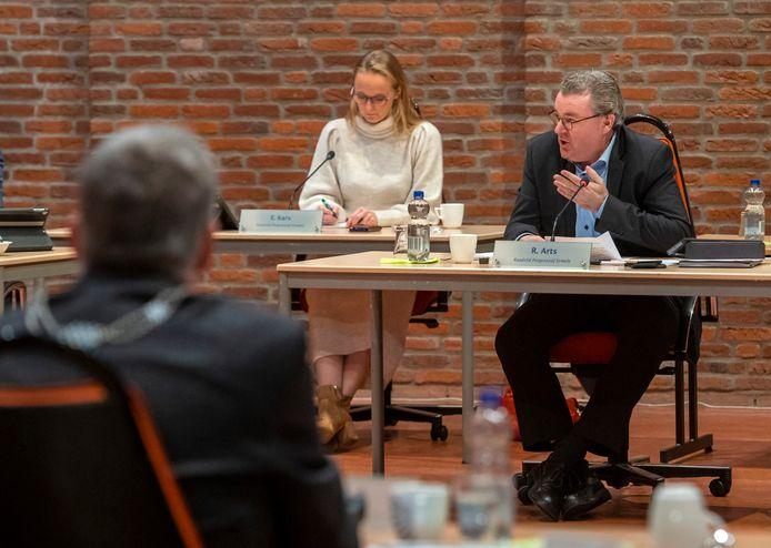 René Arts, voorzitter van de commissie die het onderzoek naar de hoofdpijndossiers begeleidt, tijdens de laatste raadsvergadering van burgemeester André Baars (links, voorgrond).