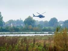 Militaire helikopters oefenen met laagvliegen boven de Maas tijdens 'Cold Storm'