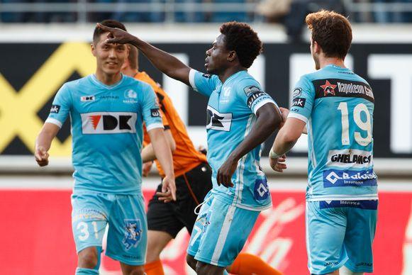 Moses Simon (midden) doet een dansje na één van zijn goals tegen Club.
