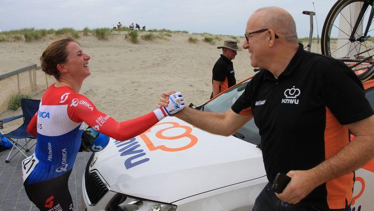 Annemiek van Vleuten en bondscoach Johan Lammerts. Een maand na haar val, wint Van Vleuten de proloog van de Ronde van België. Beeld ANP