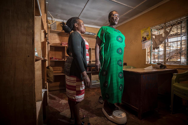 Phaustin Wekesa op de weegschaal in een lokale gezondheidspost. Foto: Sven Torfinn