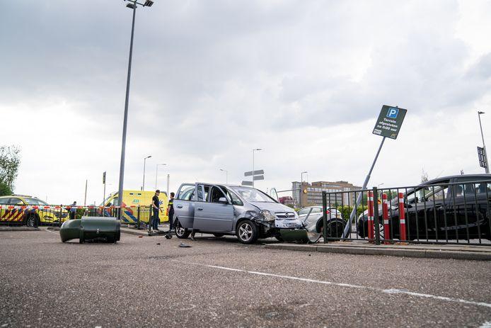 Een 80-jarige man uit Pernis reed donderdagmiddag door het hekwerk van het parkeerterrein van de McDonald's aan de Aveling in Hoogvliet.