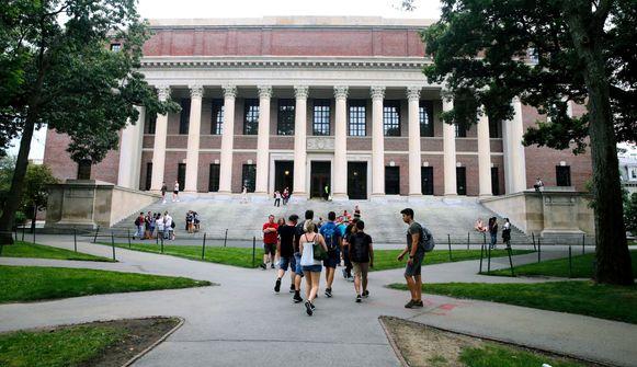 Studenten lopen naar een bibliotheek op de campus van Harvard. Archiefbeeld.