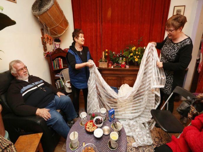 Ook in het kletscafé van Ruilkring Delft/Westland worden spullen geruild. Vitrage bijvoorbeeld.
