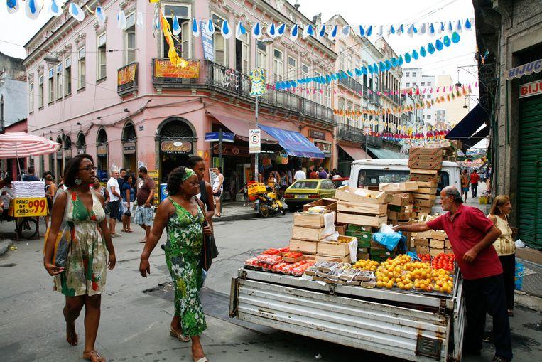 Een fruitstalletje op een gezellig druk kruispunt in het oude centrum van Rio. Beeld Alamy Stock Photo