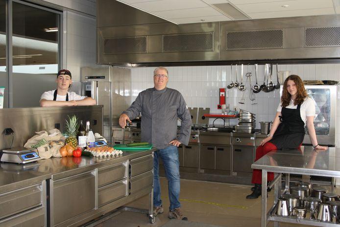 Ian van Ree, docent René Klein en Lincy Stienissen (vlnr) van het Metzo College in Doetinchem.