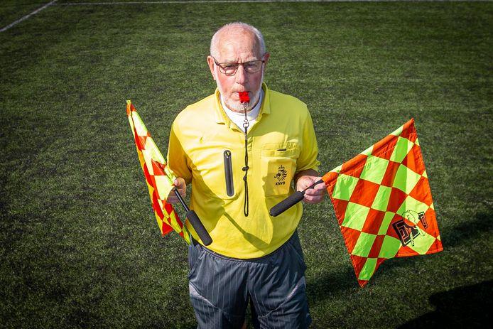 Scheidsrechter Gerard Westenbroek (78) in vol tenue op het hoofdveld van vv. Hellendoorn, waar hij zaterdag na 54 jaar zijn afscheidswedstrijd fluit.