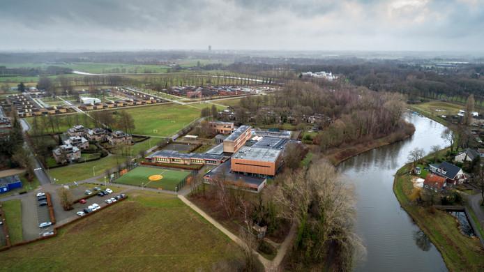 Droneopname van Kentalis-terrein en rivier de Dommel aan de rechterzijde in Sint-Michielsgestel.